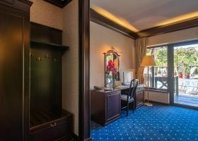 O camera de hotel cu vedere la piscina dintr-un alt unghi