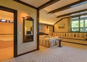 Una dintre spatioasele camere duble deluxe de la etaj