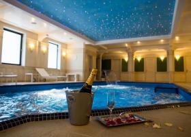 Bucura-te de un pahar de sampanie in piscina interioara cu Jacuzzi din incinta centrului nostrum SPA