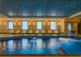 Apa limpede din piscina se reflecteaza pe un tavan instelat