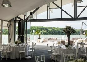 Restaurantul de pe lac si pontonul