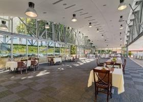 Spatiosul nostru restaurant de pe malul lacului