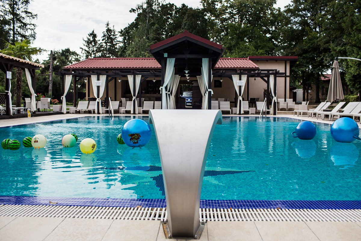 Enjoy The Pool Bar Swimming Pool At The Half Of The Price